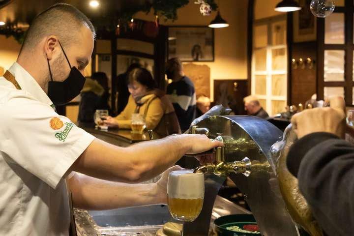 Порушникам карантину у Празі загрожує максимальний штраф у розмірі 20 тисяч крон (трохи більше 900 доларів) - У Чехії на знак протесту проти локдауну відкрилися сотні барів та ресторанів