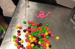 Фото: — Партію екстазі (15 яскравих сердечок) пассажирка авіарейсу приховала серед різнокольорових солодких драже