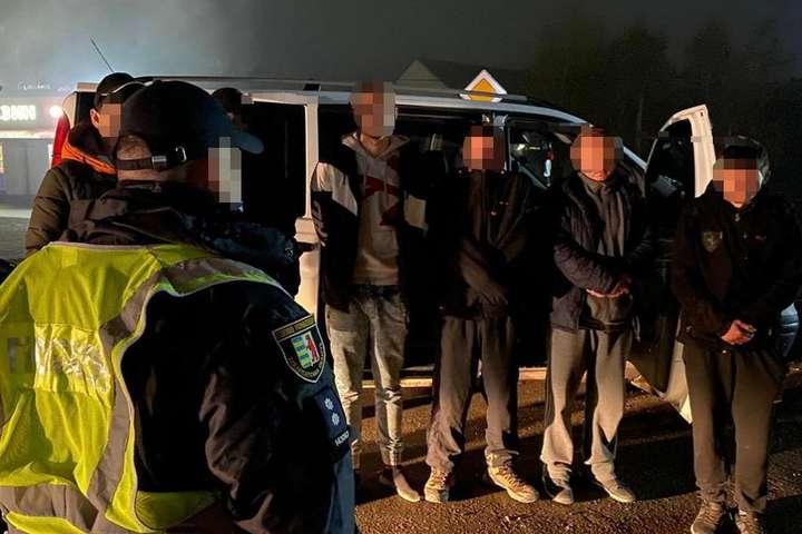 <span>Оперативники поліції та працівники прикордонної служби затримали українців, які хотіли переправити нелегальних мігрантів до країн ЄС. Листопад 2020 року</span> — Прикордонники розповіли, скільки нелегалів торік було затримано в Україні