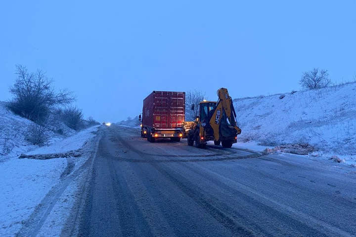 Аварійні служби ліквідують наслідки негоди — На Миколаївщині сильний снігопад. Поліціянти каратимуть за неякісне розчищення доріг