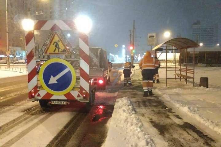 Снігопад у Києві: як дорожники зустріли негоду (фото)