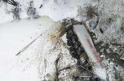 Фото: — Автомобіль пробив огородження мосту та впав у річку Десна