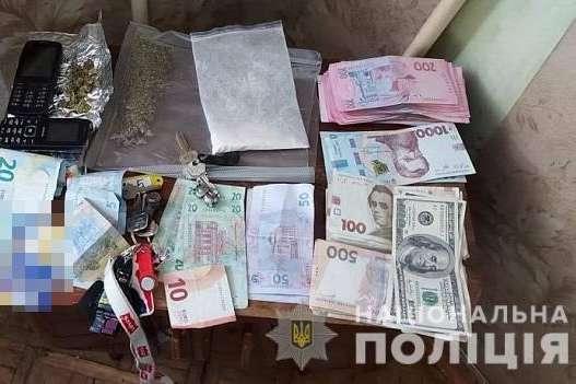 Правоохоронці вилучили наркотики, зброю та велику суму грошей — Під час спецоперації в Києві поліція затримала наркоторговців (фото, відео)