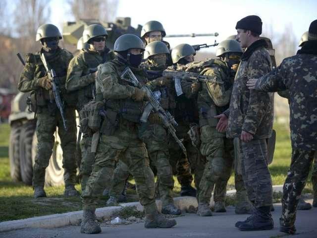 Росія відправила на півострів Крим тисячі своїх солдат без розпізнавальних знаків, які потім прозвали «зеленими чоловічками» — Україна сьогодні відзначає День спротиву російській окупації Криму