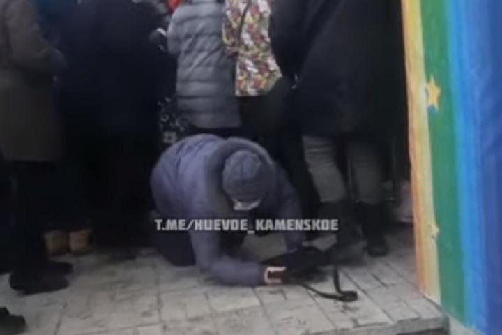 В Українісеконд-хенди з'являються, немов гриби після дощу — Під Дніпром натовп ледь не затоптав літню жінку через секонд-хенд (відео)