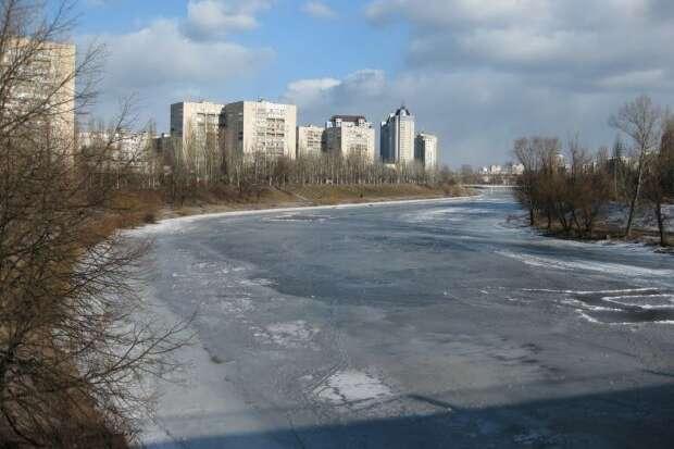 Надзвичайна подія сталася на Русанівському каналі — В Києві жінка провалилась під кригу, рятуючи собаку (відео)