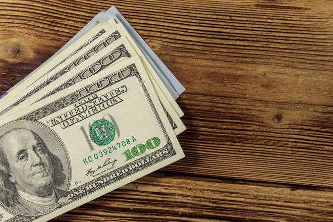 Фахівці радять купувати долари тільки з метою довгострокових інвестицій — Фінансисти розповіли, куди піде курс долара у березні