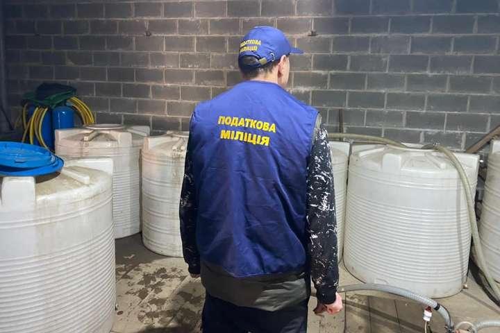 Всього в підпільному цеху вилучено дві тисячі літрів спиртного - Підпільний горілчаний цех під Васильковом доставляв контрафактне спиртне у тетрапаках кур'єрською доставкою