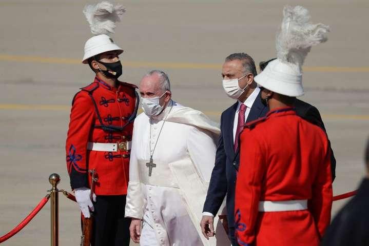 Папа Римський Франциск і прем'єр-міністр Іраку Мустафа аль-Казимі в аеропорту в Багдаді, 5 березня 2021 року — Вперше в історії Папа Римський прибув до Іраку