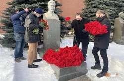 Фото: — <p>Спершу до могили Сталіна пускали за списками, згодом вхід відкрили для всіх охочих</p>