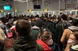 Фото: — <p>У терміналі аеропорту «Київ» в один натовп об'єднали два рейси: із «зеленої» і «червоної» зони</p>