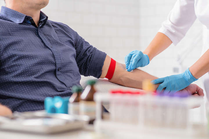 У Великобританії науковці інфікували коронавірусом здорових людей