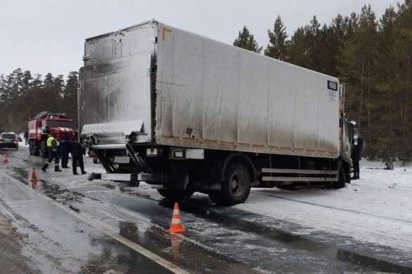 У результаті зіткнення авто у РФ загинули щонайменше сім осіб (відео)