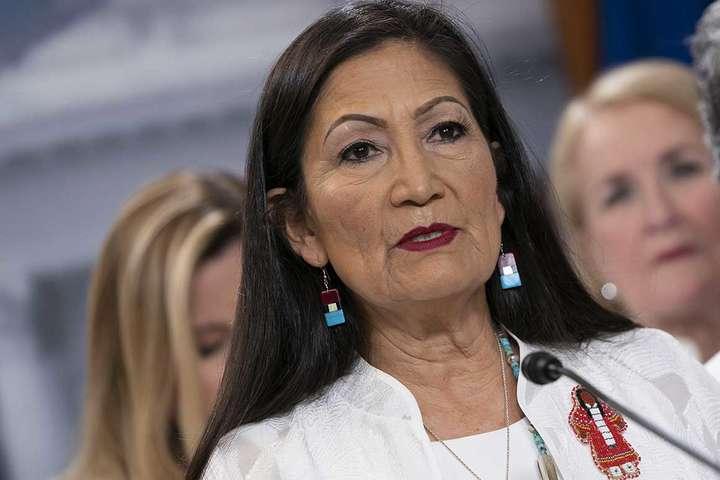 Деб Хааланд – представниця народу пуебло, резервація яких знаходиться в штаті Нью-Мексико — Корінна американка вперше стала міністром в уряді США