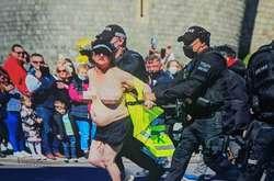 Фото: - Жінка була одягнена лише у темні шорти та картуз