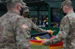 Фото: - Військові попередньої групи згорнули свій прапор на знак передачі командування наступникам, а новоприбулі розгорнули свій штандарт