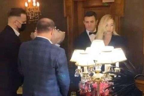 Микола Тищенко влаштував святкуванняв ресторані київського готелю Fairmont - Банкет у чуму. Поліція відкрила справу через вечірку Тищенка під час локдауну