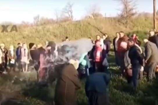 На Великдень священик облив прихожан водою з відра, бо забув хрест і кадило для освячення пасок (відео)