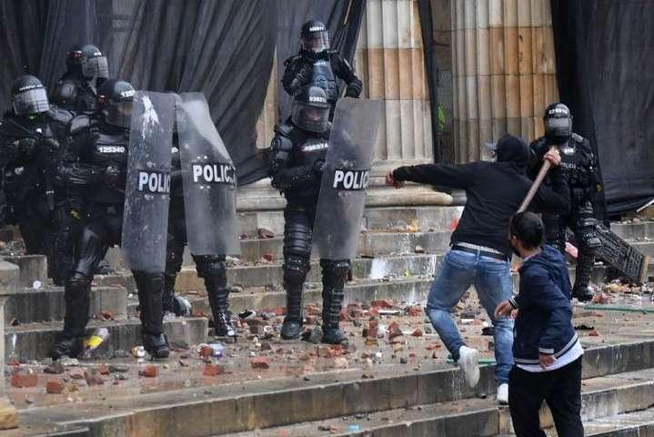 Протестувальники в Колумбії спробували взяти штурмом Капітолій - Протестувальники в Колумбії спробували взяти штурмом Капітолій (відео)