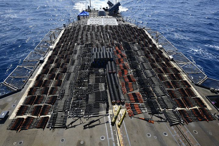 Крейсер США вилучив вантаж російської і китайського зброї в Аравійському морі - Крейсер США вилучив російську зброю з судна без розпізнавальних знаків (фото, відео)