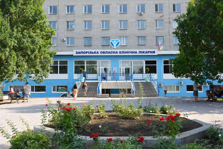 Жінка прийшла до лікарні провідати родича - У Запоріжжі пенсіонерка провалилася під землю безпосередньо біля входу в обласну лікарню