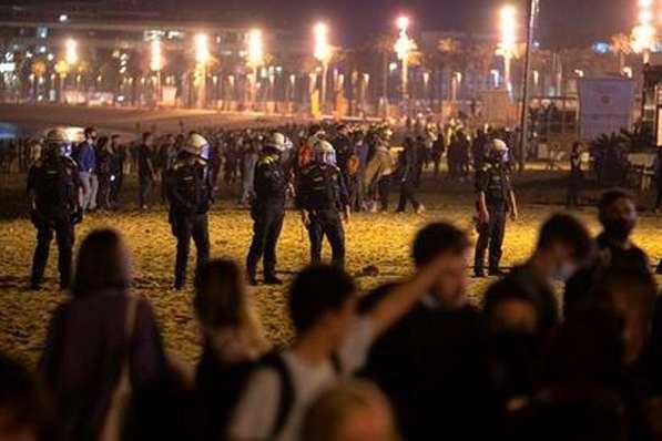 Іспанська поліція у ніч проти неділі прогнала понад 9 тисяч людей з вулиць у середмісті Барселони - Поліція розігнала у Барселоні тисячі людей, які святкували послаблення карантину