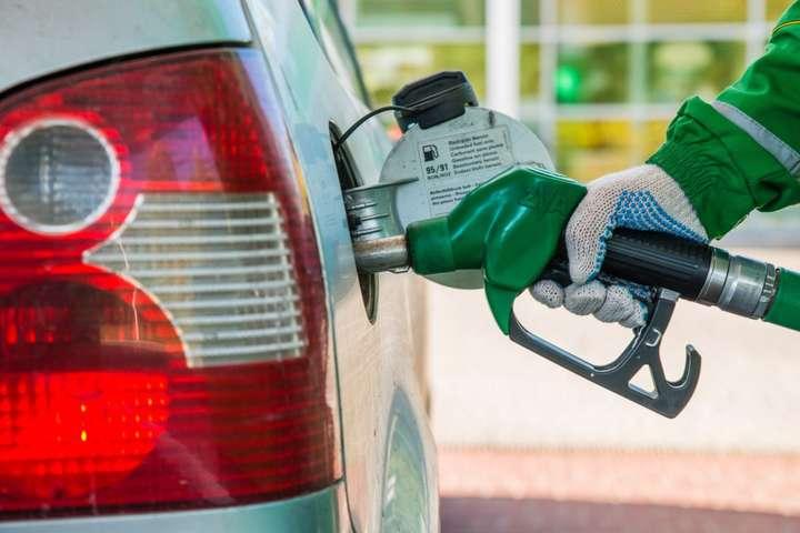 Кілька великихмереж АЗС припинили продаж преміального пального - Мінекономіки запевняє, що уряд не обмежував ціни на преміальне пальне