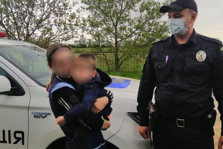 Мати з трирічним сином, який, як вона думала, загубився - На Миколаївщині поліція шукала хлопчика, який тим часом спав у шафі вдома