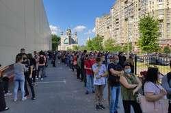 Фото: - Ранок суботи, а в київському центрі вакцинації величезна черга