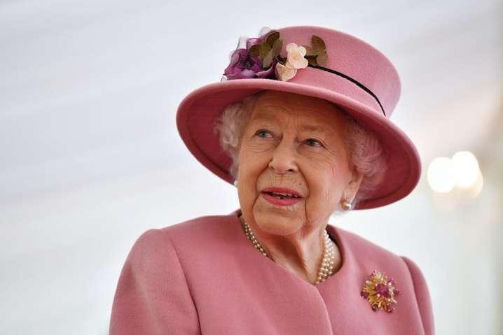 Елизавета II показала роскошный свадебный подарок и растрогала британцев (фото)
