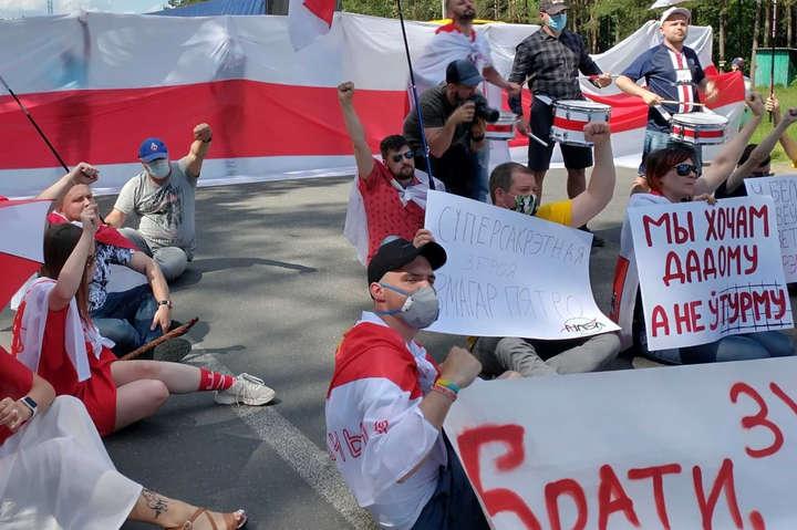 Кордон з Білоруссю тимчасово заблокували одночасно вУкраїні, Польщі таЛитві. - Білоруси, які втекли від режиму Лукашенка, заблокували рух на українському кордоні (фото, відео)