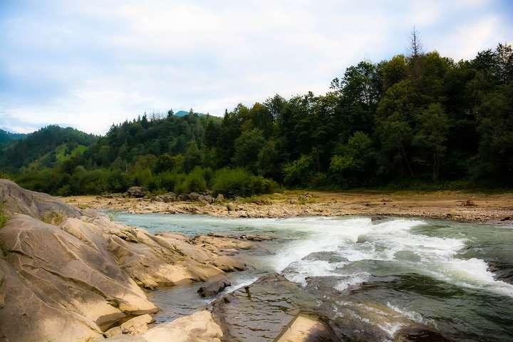 У селі Тюдів Косівського району, перебуваючи на відпочинку, хлопчик впав у річку Черемош - Послизнувся і впав. На Прикарпатті шукають дитину, яку понесло течією річки