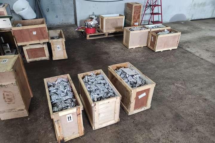Під час обшуку виявлено майже 7 тис. пачок готової продукції - На Київщині ліквідовано підпільний цех з виробництва тютюну для кальянів