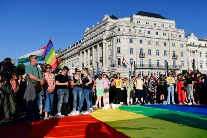 Угорщина ухвалила закон, що забороняє поширювати в школах інформацію про ЛГБТ
