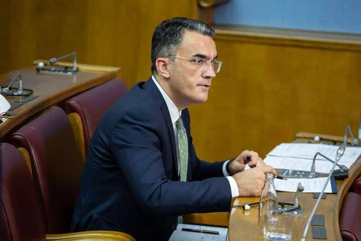 Міністр юстиції, прав людини та меншин Володимир Лепосавич у парламенті - У Чорногорії звільнили міністра, який заперечував геноцид мусульман у Сребрениці