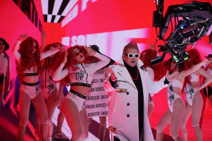 Сделал ирокез и зачитал рэп: Поплавский удивил смелым образом в клипе «Український борщ»