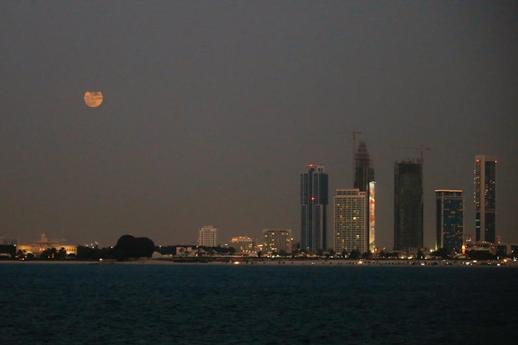 Місяць все ще перебуватиме в одній з найближчих до Землі точок на його орбіті - «Полуничний» місяць у всій красі. Люди діляться видовищними фото