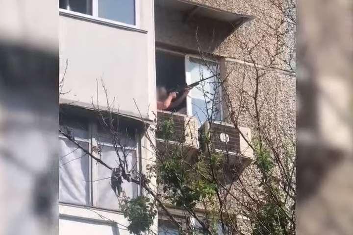 Чоловік стріляв із гвинтівки з квартири на четвертому поверсі - Киянин відкрив стрілянину з вікна своєї квартири (відео)