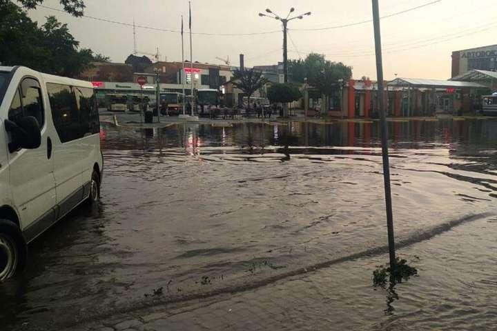 У Львові затопило АС-2 - У Львові затопило автостанцію (фото, відео)