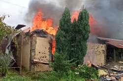 Фото: - <p>Внаслідок обстрілу постраждало кілька житлових будинків місцевих мешканців. Один будинок зруйнувала пожежа</p>