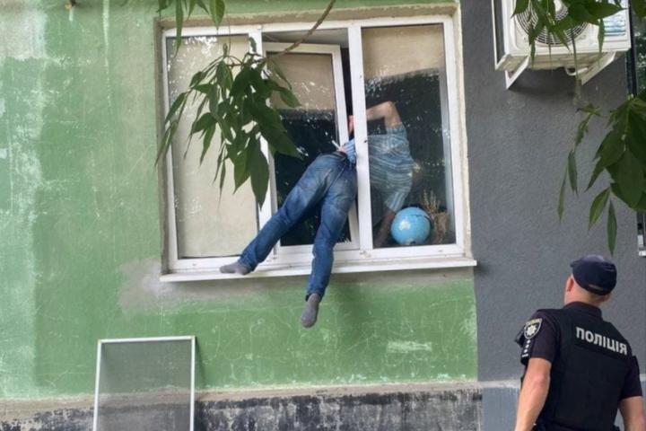 У Херсоні п'яний чоловік застряг у вікні колишньої коханої (фото)