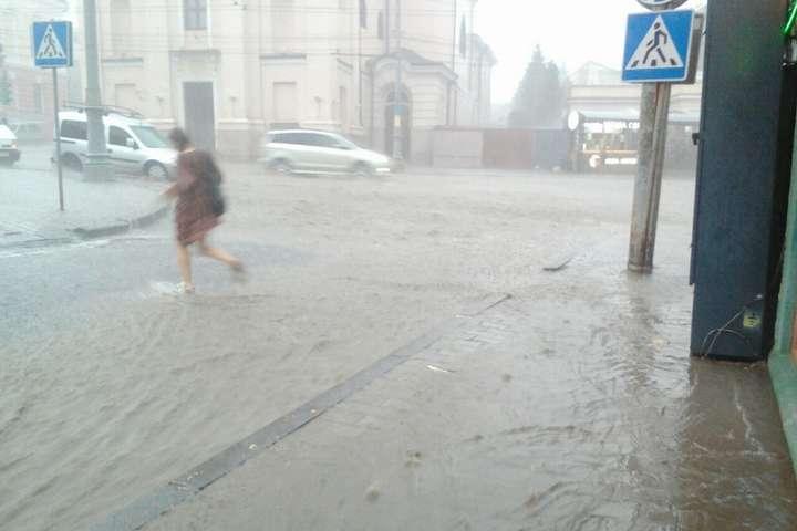 Сильна злива, яка пообіді прокотилася Чернівцями, перетворила центральні вулиці міста на річки з брудною водою - Вулиці стали річками. На Чернівці налетіла сильна злива (відео)