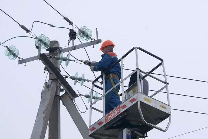 До відновлення електропостачання залучено бригади обленерго - Гроза залишила без світла 353 населені пункти в 13 областях України