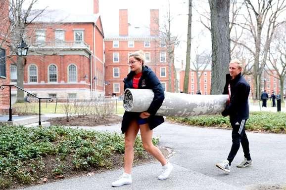 Студенти в кампусі Гарвардського університету - Професора Гарварду розкритикували за слова про існування тільки двох статей