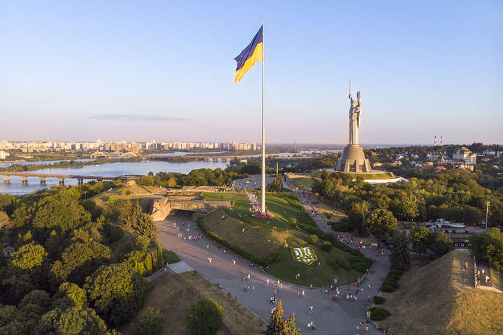 На головному прапорі України буде встановлено новий тризуб - Главком