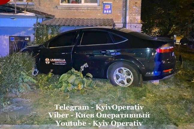 Автопригода трапилася на вулиці Бойчука (колишня Кіквідзе) - ДТП у столиці: пасажирка таксі потрапила у лікарню (фото)