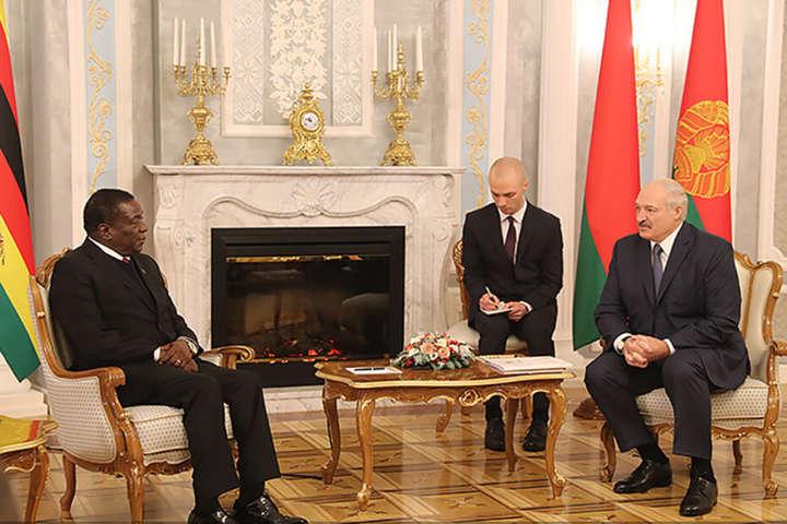 У 2019 році Олександр Лукашенко провів переговори з лідером Зімбабве Еммерсоном Мнангагвою - Лукашенко похвалив Зімбабве за «стабільність та економічний прогрес»