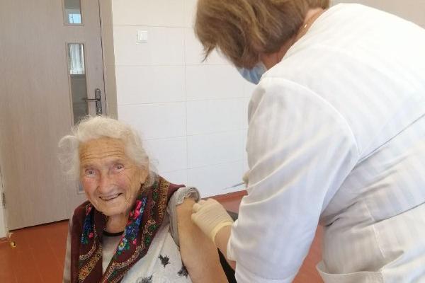 Пані поважного віку вирішила вакцинуватися від коронавірусу - 91-річна жителька Рівненщини вакцинувалася від Covid-19