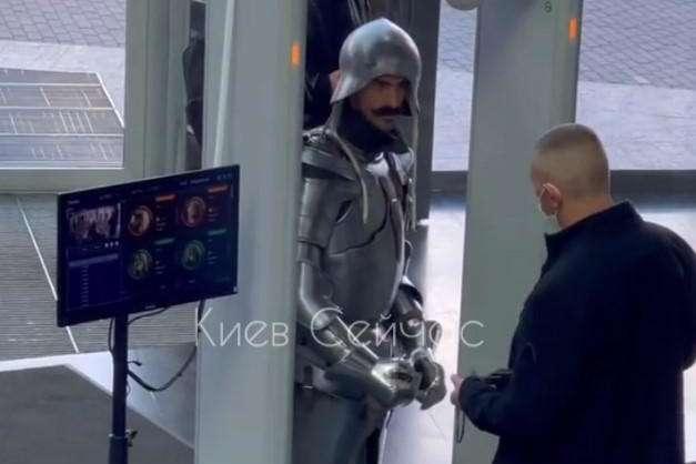 У Києві лицаря не пустили в ТРЦ через дрескод (відео)
