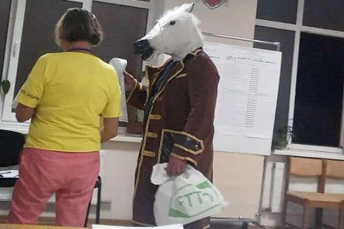 У Ялті на виборчу дільницю прийшов чоловік у костюмі коня